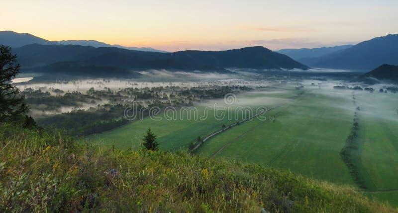 Gebirgslandschaft morgens stockfotos