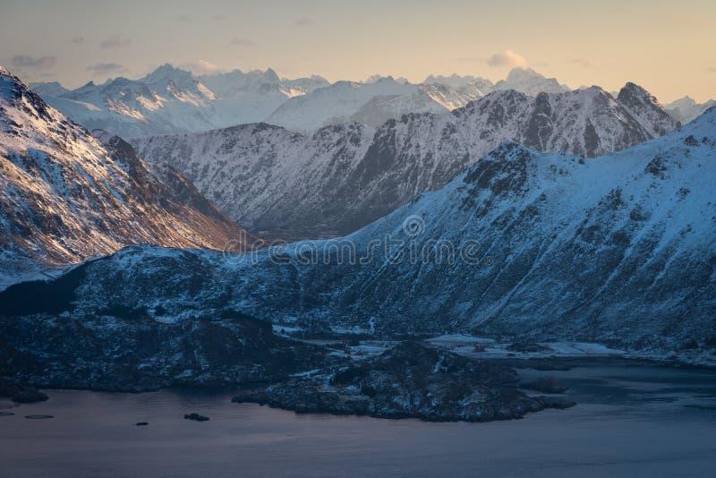 Gebirgslandschaft von Lofoten-Archipel in Norwegen, Scandinavi stockfoto