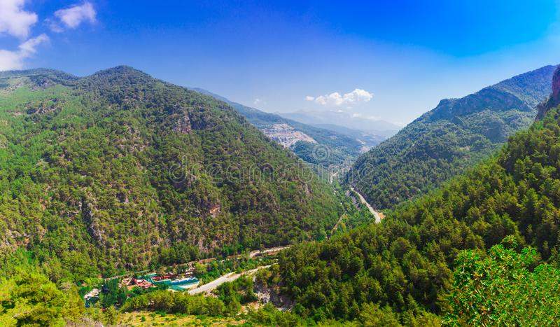 Gebirgspanoramische Landschaft des Tales Dimcay, nahe von Alanya, Antalya-Bezirk, die Türkei, Asien Ansicht nahe berühmter Höhle  stockfotografie