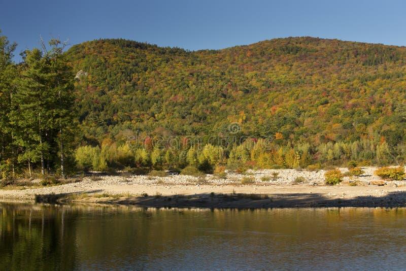 Gebirgsrücken über dem Pemigewasset-Fluss, New Hampshire lizenzfreie stockfotografie