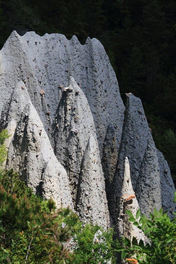 Gebirgsrücken mit der Formung von Erdpyramiden, Hautes-Alpes, Frankreich stockfotos