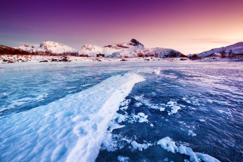 Gebirgsrücken und Eis auf der gefrorenen Seeoberfläche Naturlandschaft auf den Lofoten-Inseln, Norwegen lizenzfreie stockfotos