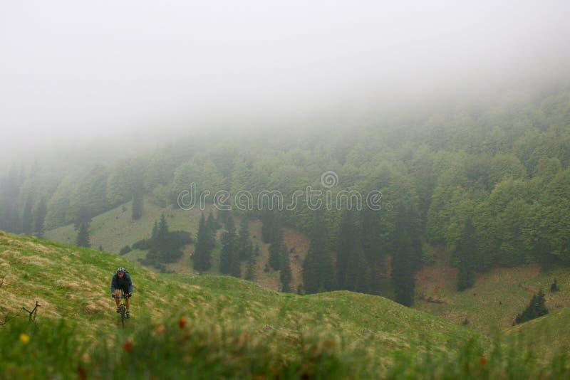Gebirgsradfahrender Nebel lizenzfreies stockfoto