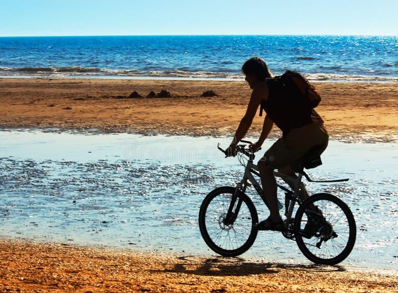 Gebirgsradfahrer auf dem Strand lizenzfreie stockfotografie