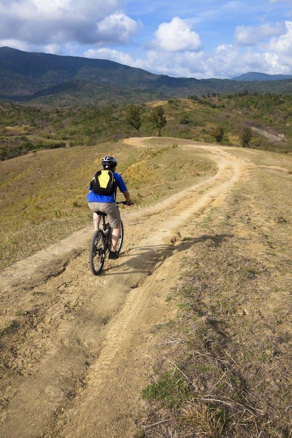 Gebirgsradfahrer auf der Spur lizenzfreies stockbild
