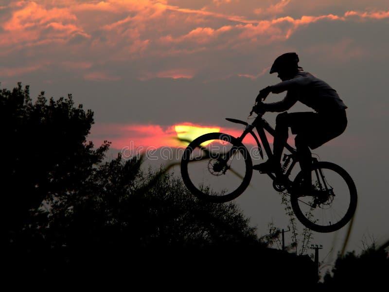 Gebirgsradfahrer-Rennläufer stockfotografie