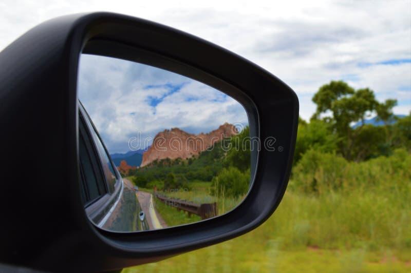 Gebirgsreflexion im Auto-Spiegel stockfoto