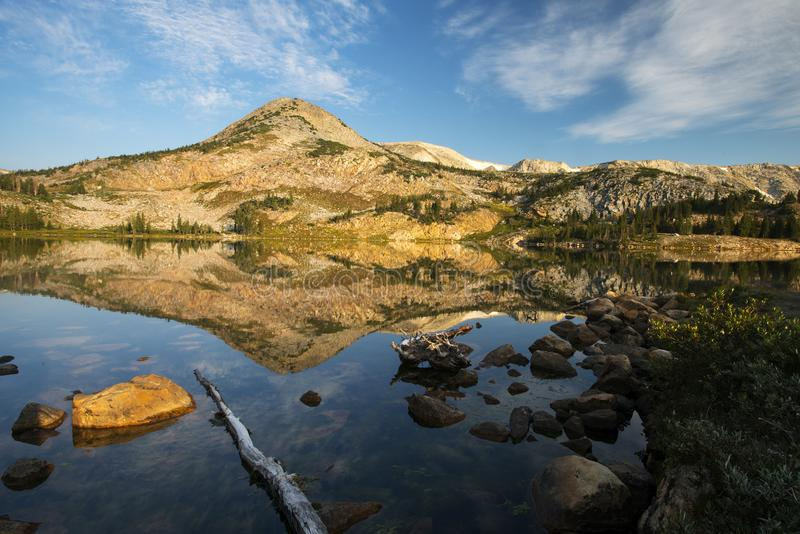Gebirgsreflexionen bei Libby Lake stockfotografie