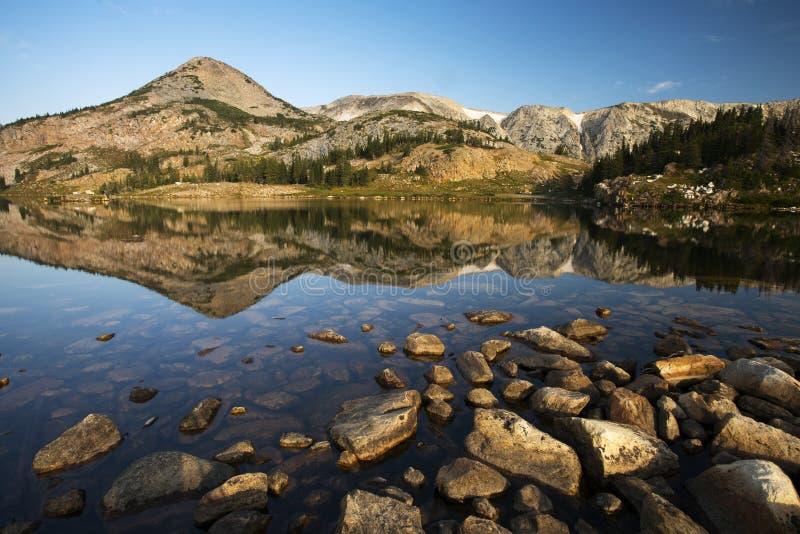 Gebirgsreflexionen bei Libby Lake lizenzfreie stockfotos