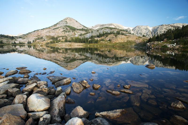 Gebirgsreflexionen bei Libby Lake lizenzfreies stockfoto