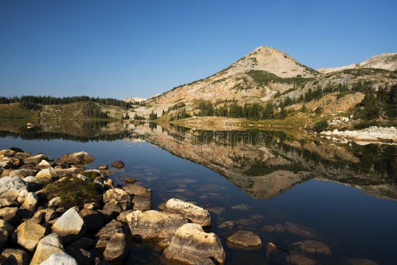 Gebirgsreflexionen bei Libby Lake lizenzfreie stockfotografie