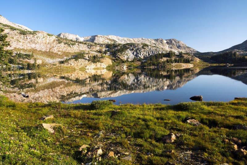 Gebirgsreflexionen bei Libby Lake stockbild