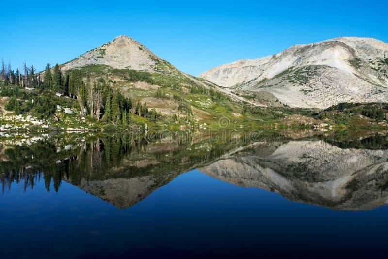 Gebirgsreflexionen bei Libby Lake lizenzfreie stockbilder