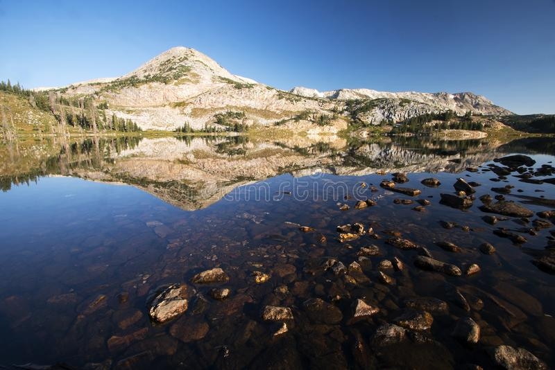 Gebirgsreflexionen bei Libby Lake stockbilder