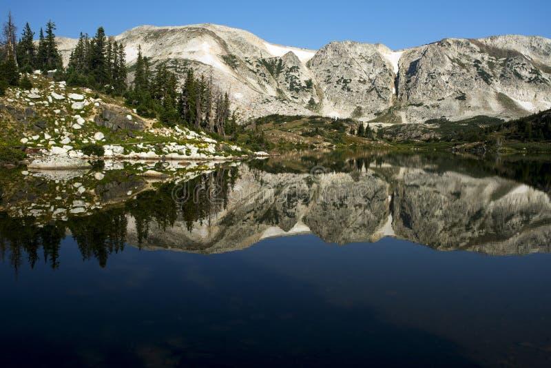 Gebirgsreflexionen bei Libby Lake stockfoto