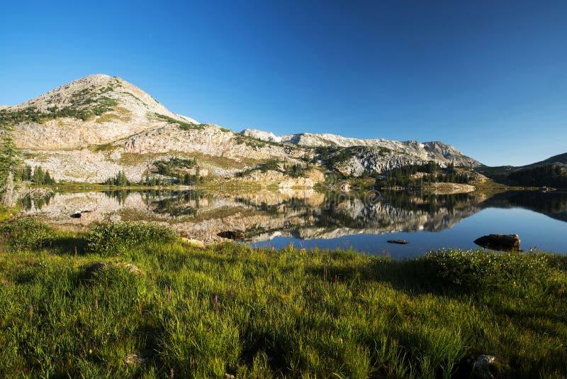 Gebirgsreflexionen bei Libby Lake stockfotos