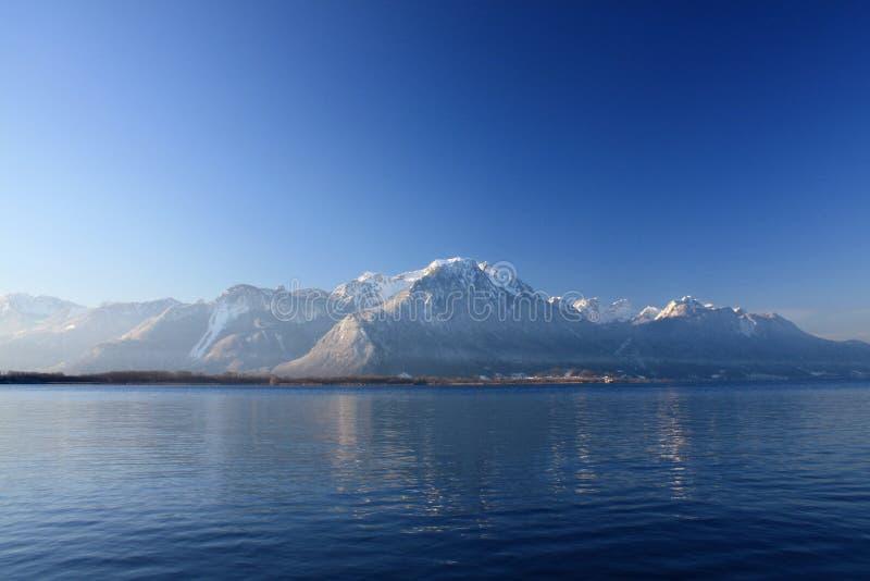 Gebirgsreflexionen im See Genf, die Schweiz stockbild
