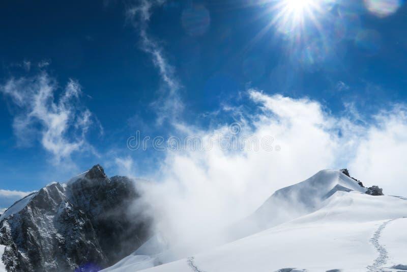 Gebirgsschneeantrieb in den Bergen Belukha-Berggebiet Altai, Russland stockbild
