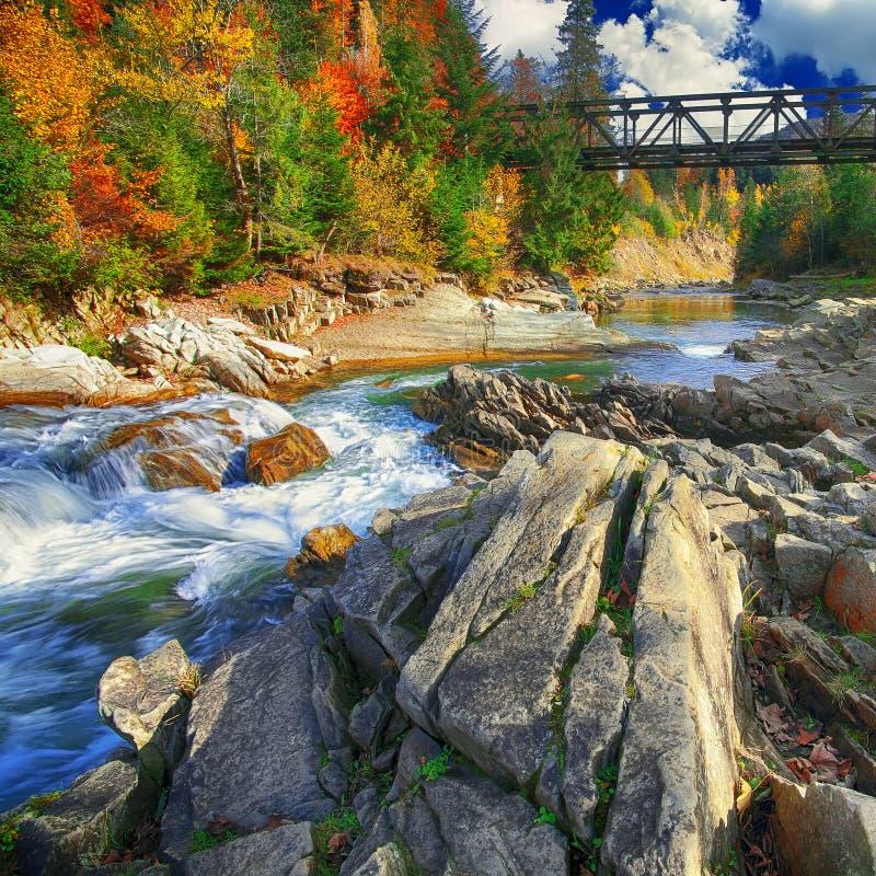 Gebirgsschnell fließender Flussstrom des Wassers in den Felsen am autu stockfoto
