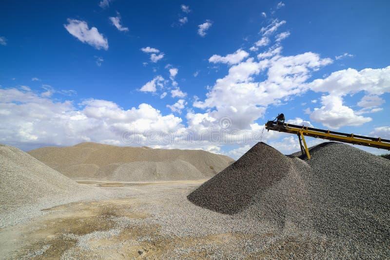 Gebirgsschutt und -stein in einem Bergbausteinbruch stockbild