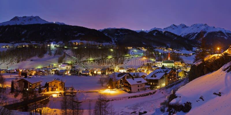 Gebirgsskiort Solden Österreich bei Sonnenuntergang lizenzfreie stockbilder