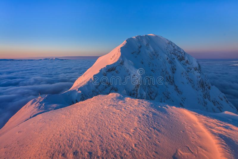 Gebirgsspitze im Winter lizenzfreies stockfoto