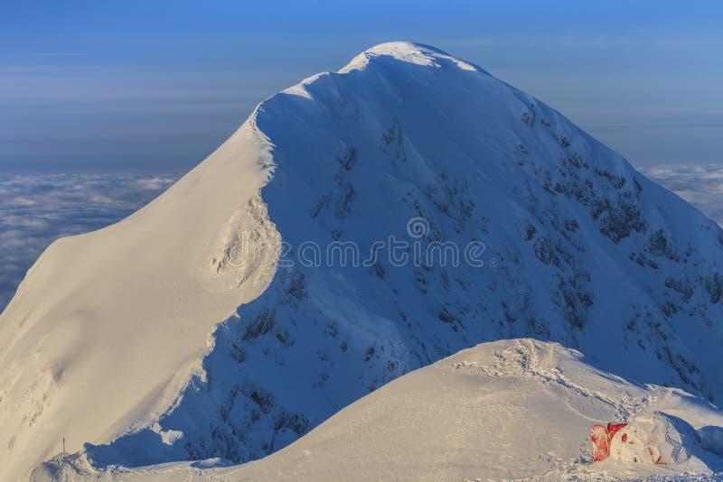 Gebirgsspitze im Winter lizenzfreie stockfotografie