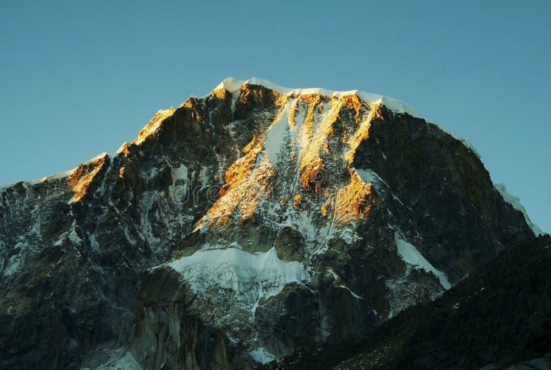 Gebirgsspitze Ranrapalka stockbild