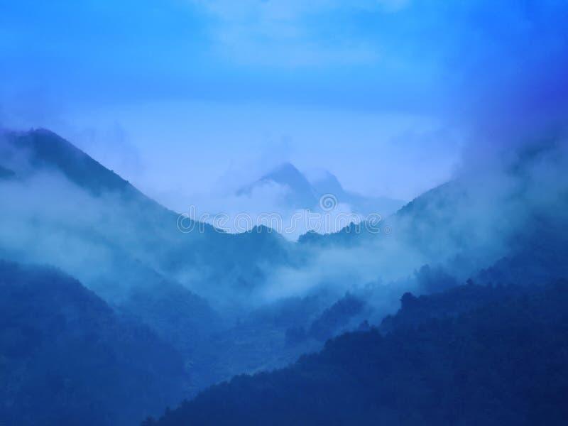 Gebirgsspitze am regnerischen Tag lizenzfreies stockbild