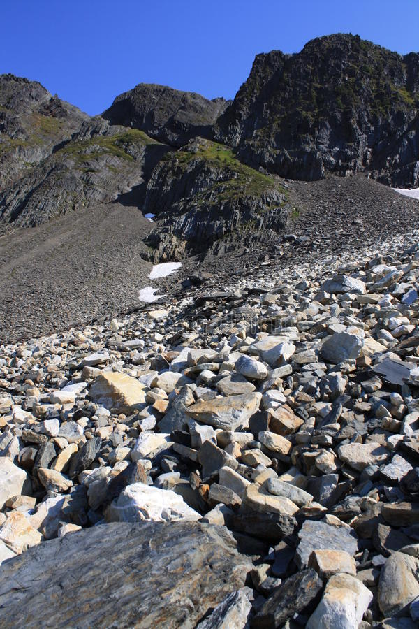 Gebirgsspitze u. blauer Himmel stockfotos