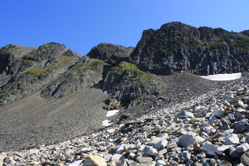 Gebirgsspitze u. blauer Himmel lizenzfreie stockfotografie