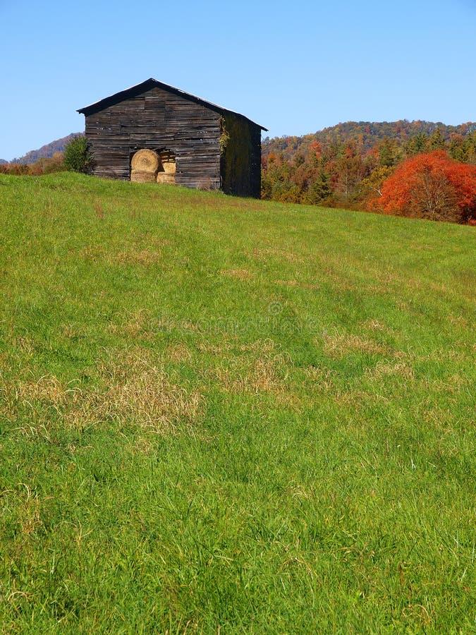 Gebirgsstall im Herbst stockfotografie