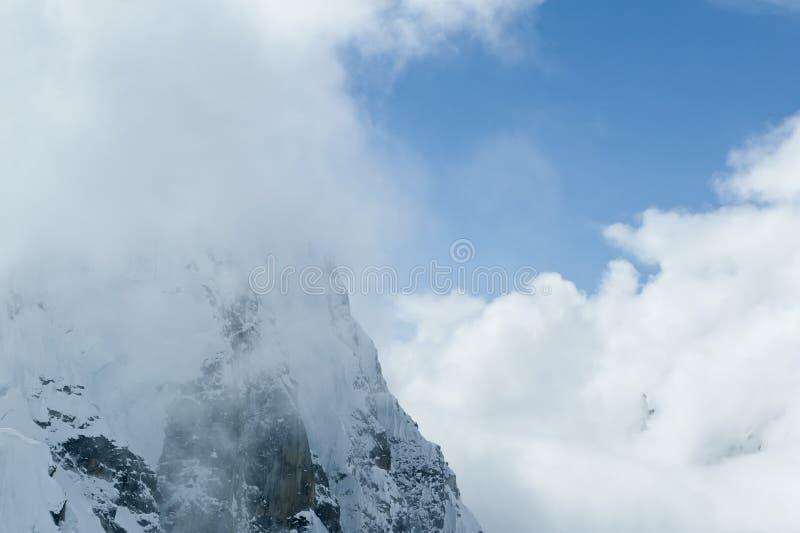 Gebirgssteigung in den Wolken stockbilder