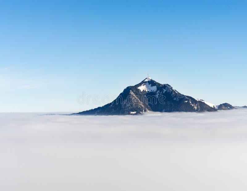 Gebirgsstock aus nebeliger Wolkenschicht heraus Gruenten, Bayern, Deutschland Vorsorge und Vision für Geschäftskonzept und -ideen stockfotografie