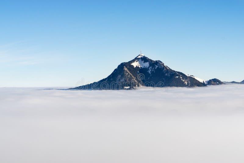 Gebirgsstock aus nebeliger Wolkenschicht heraus Gruenten, Bayern, Deutschland Vorsorge und Vision für Geschäftskonzept und -ideen lizenzfreies stockbild