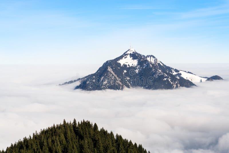 Gebirgsstock aus nebeliger Wolkenschicht heraus Gruenten, Bayern, Deutschland Vorsorge und Vision für Geschäftskonzept und -ideen stockfoto