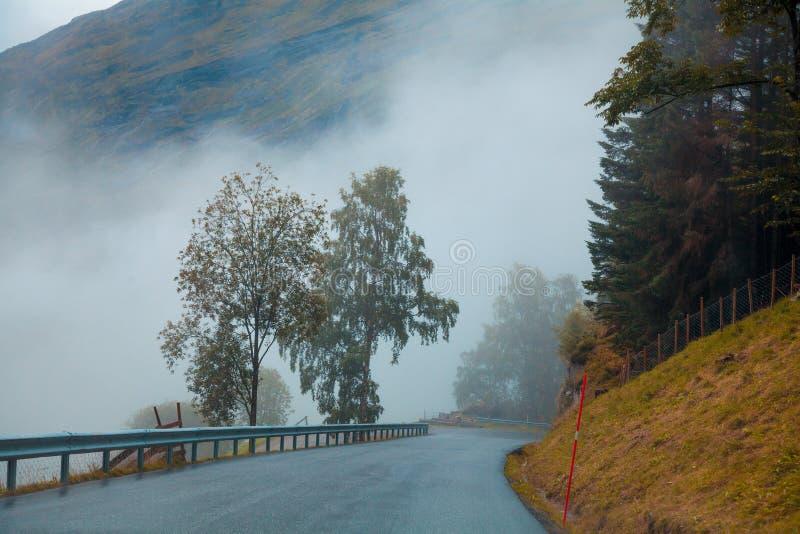 Gebirgsstraße über den Wolken stockfotos