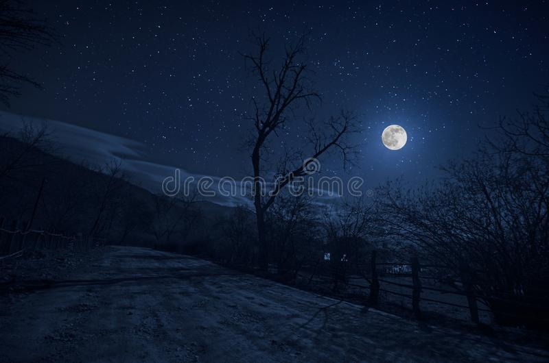Gebirgsstraße durch den Wald auf einer Vollmondnacht Szenische Nachtlandschaft des dunkelblauen Himmels mit Mond azerbaijan lizenzfreies stockfoto