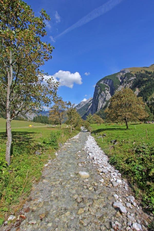 Gebirgsstrom bei größerem Ahornboden im Herbst, Österreich stockbilder