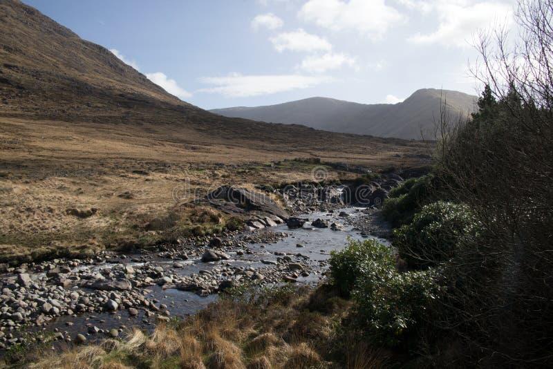 Gebirgsstrom in der Connemara-Region der Grafschaft Galway, Irland stockbild
