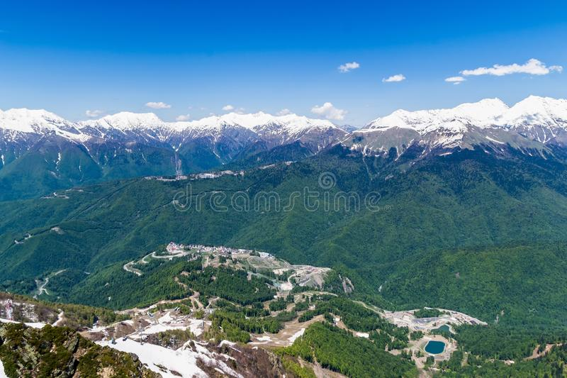 Gebirgstal mit Schnee-mit einer Kappe bedeckten Bergspitzen oben genannter Meeresspiegel Esto-Sadok Russland Sochi der Höhe 2320 stockbilder