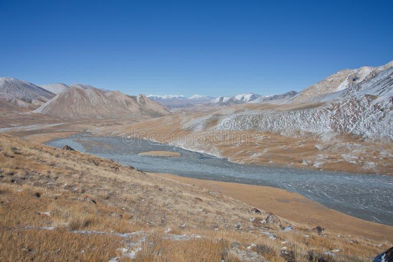 Gebirgstal und die Quelle des Flusses in Tien Shan lizenzfreie stockfotos