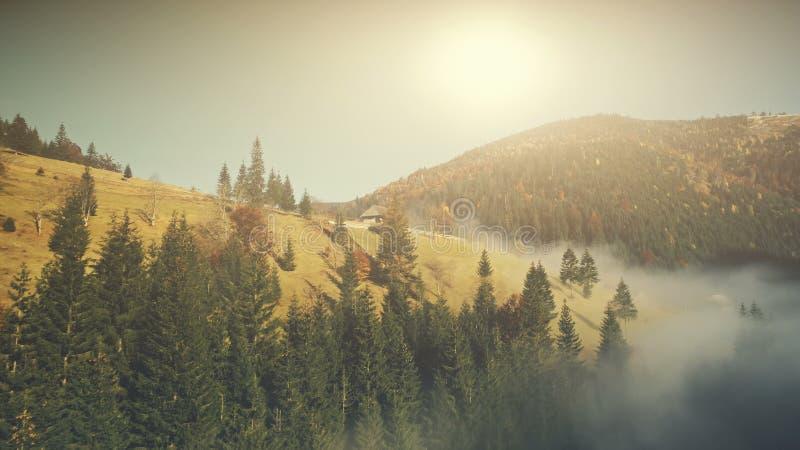 Gebirgsvogelperspektive des sonnigen Herbstes landschafts stockbilder