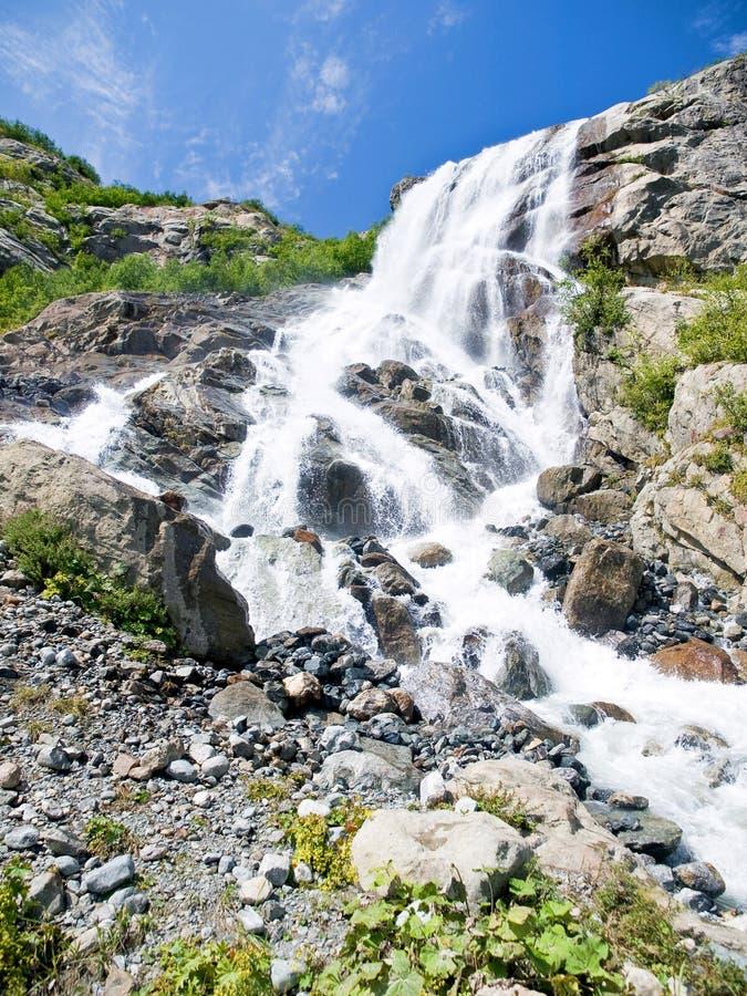 Gebirgswasserfall lizenzfreie stockfotografie