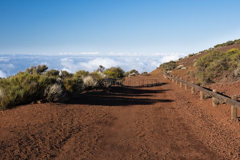 Gebirgsweg über den Wolken lizenzfreies stockfoto