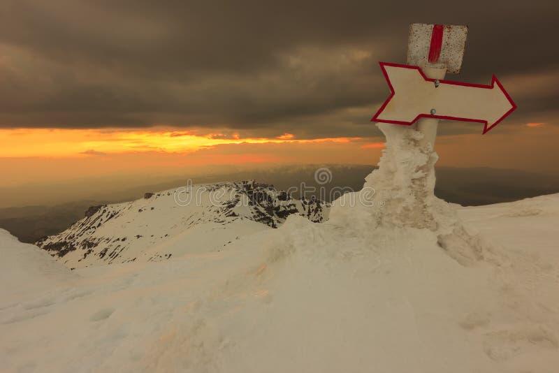 Gebirgszeichen und Sonnenuntergang, Bucegi-Berge, Rumänien lizenzfreies stockbild