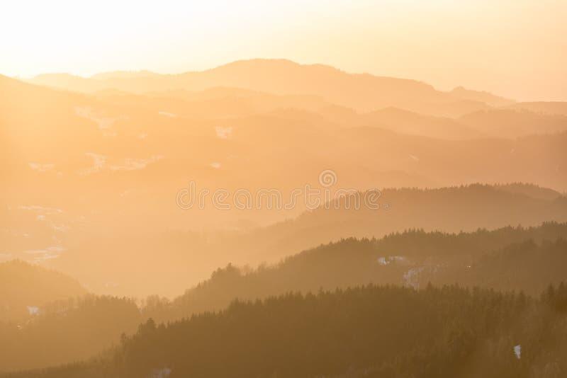 Gebirgszug bei Sonnenuntergang, Schwarzwald, Deutschland lizenzfreie stockfotografie