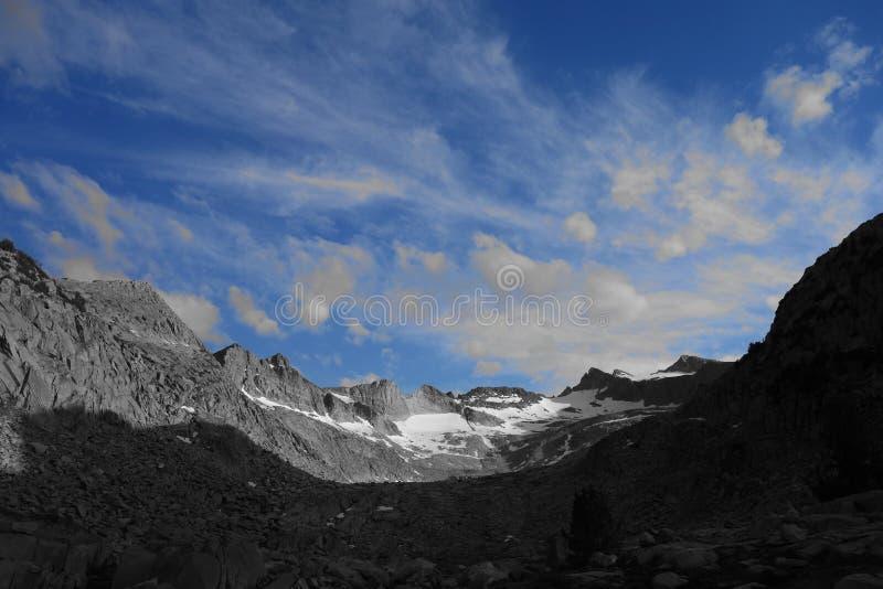 Gebirgszug in Schwarzweiss mit blauen Himmeln lizenzfreies stockbild