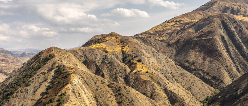 Gebirgszug und Himmel in Armenien-Breitbild stockfotografie