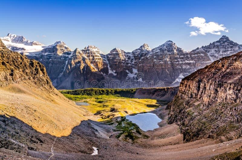 Gebirgszugansicht vom Wachpostendurchlauf, felsige Berge, Kanada stockfotografie